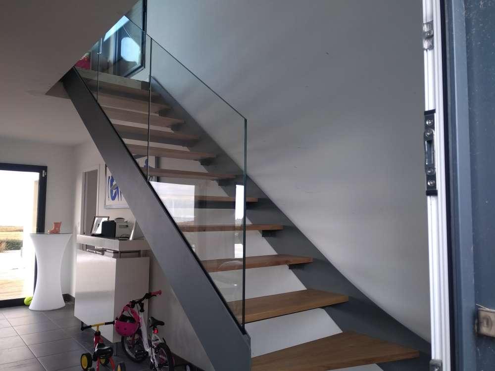 Escalier droit acier et bois avec garde-corps en verre