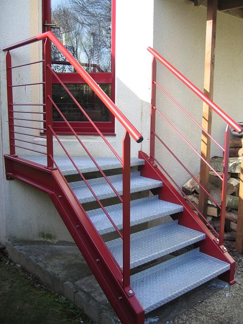 Escalier extérieur en acier + marches en tôle larmée