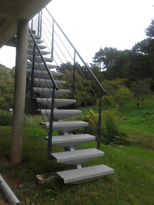 Escalier extérieur acier et marches tôle larmée