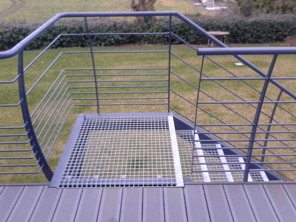 Escalier extérieur marches caillebotis