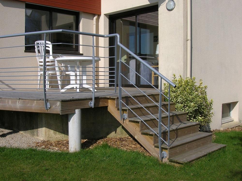 Garde-corps en acier sur terrasse et escalier