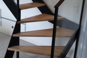 Escalier acier et bois avec garde-corps en verre