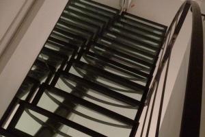 Pose escalier Plouzané : modèle droit métal et verre