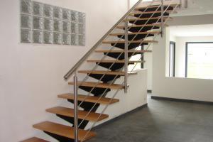 Escalier droit avec garde-corps inox