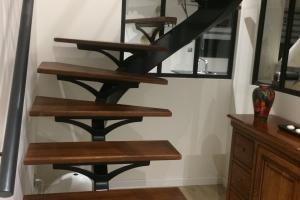 Escalier à limon central, marches bois teintées rouge