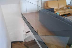 Garde-corps en verre sur escalier