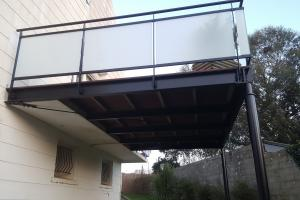 Terrasse en acier avec garde-corps en verre