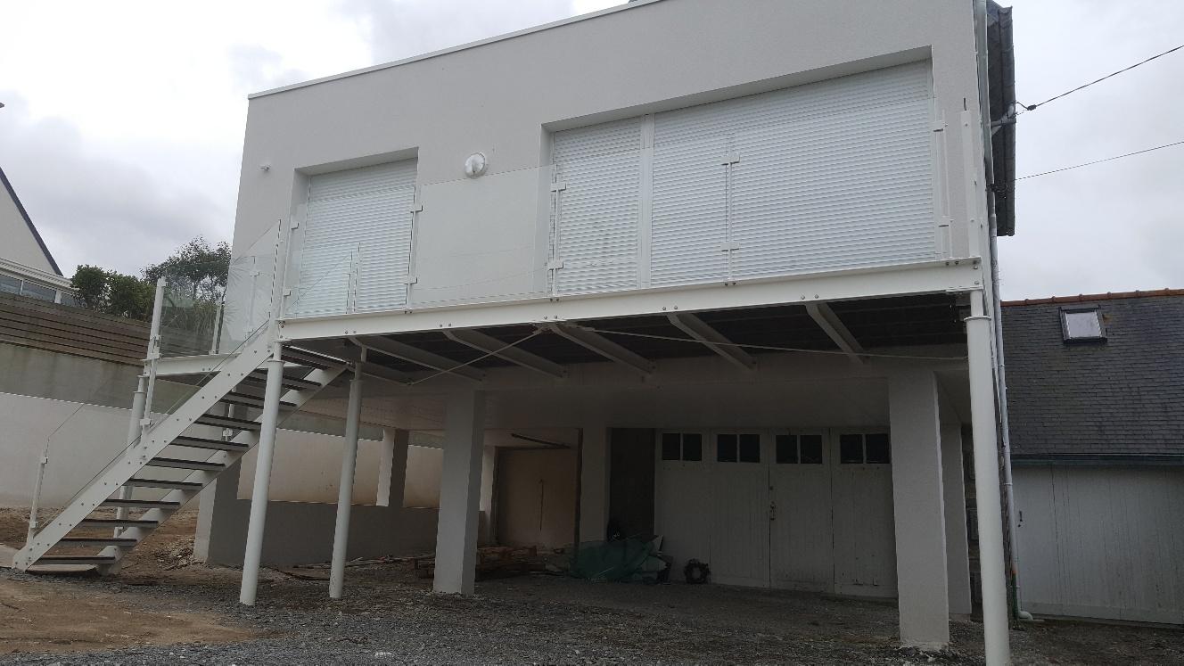Terrasse métallique avec garde-corps en verre