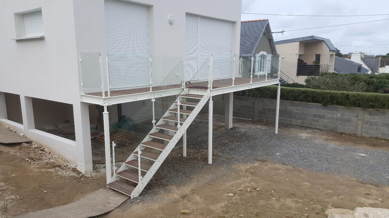 Terrasse métallique avec escalier extérieur